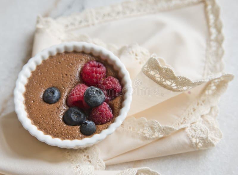 Sobremesa do chocolate com as bagas no fundo de um guardanapo bege bonito foto de stock
