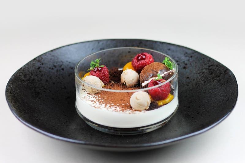 Sobremesa do chocolate com fruto fotografia de stock royalty free