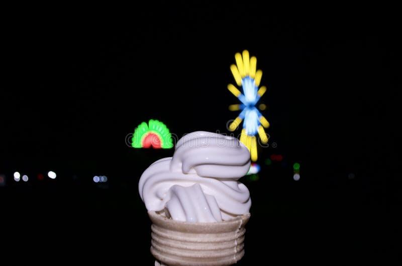 Sobremesa do cone do creme de Vanilla Ice na noite escura fotos de stock