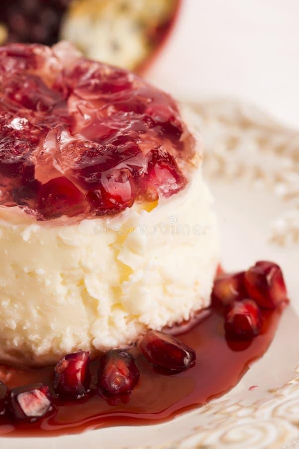 Sobremesa do cotta do panna do coco com romã foto de stock