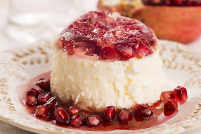 Sobremesa do cotta do panna do coco com romã fotografia de stock royalty free