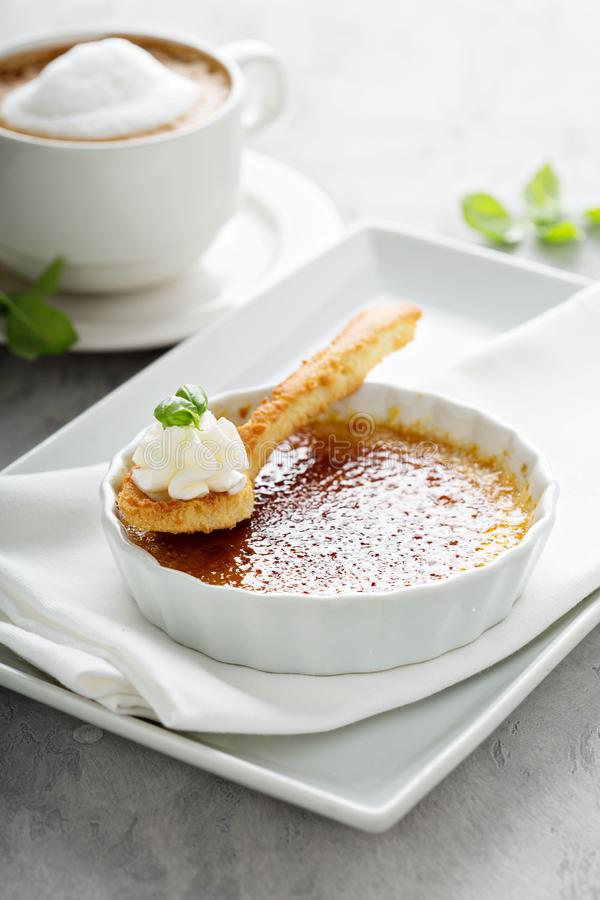 Sobremesa do creme brulée com um copo do cappuccino fotografia de stock royalty free