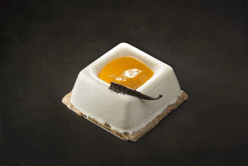 Sobremesa do creme e da manga em um fundo preto fotografia de stock