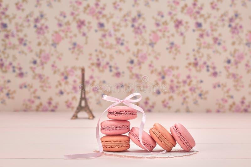Sobremesa do francês de Macarons Torre Eiffel na madeira fotos de stock royalty free