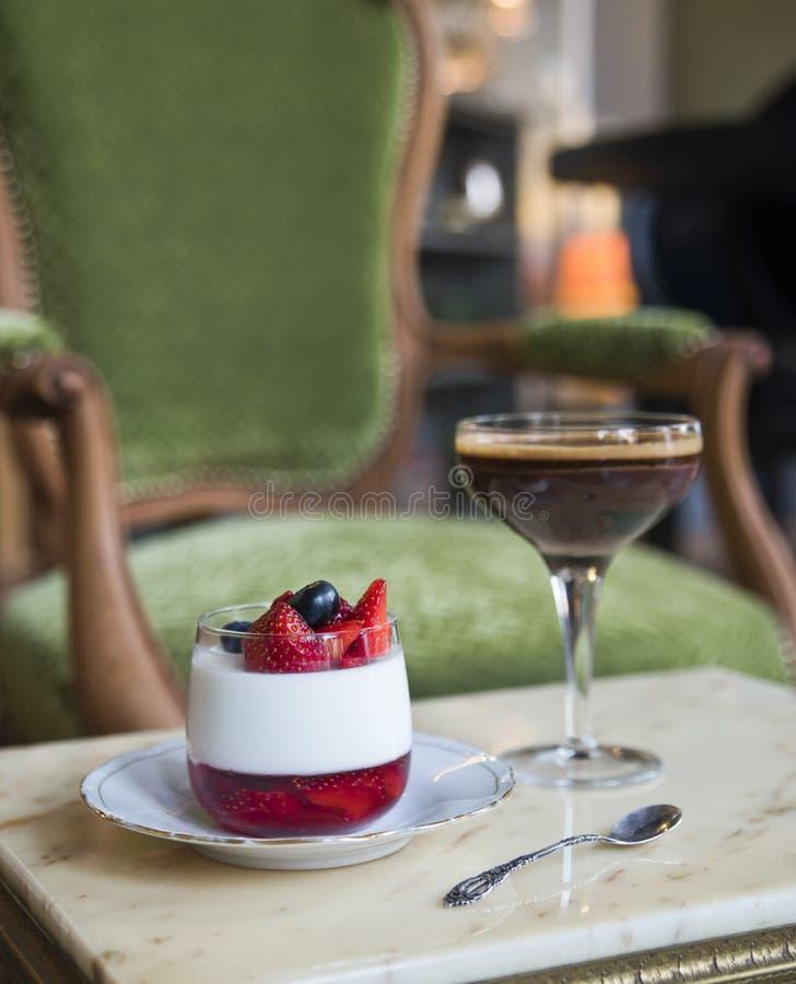 Sobremesa do kota de Pana e chocolate belga em uma tabela de mármore em uma cadeira do vintage foto de stock royalty free