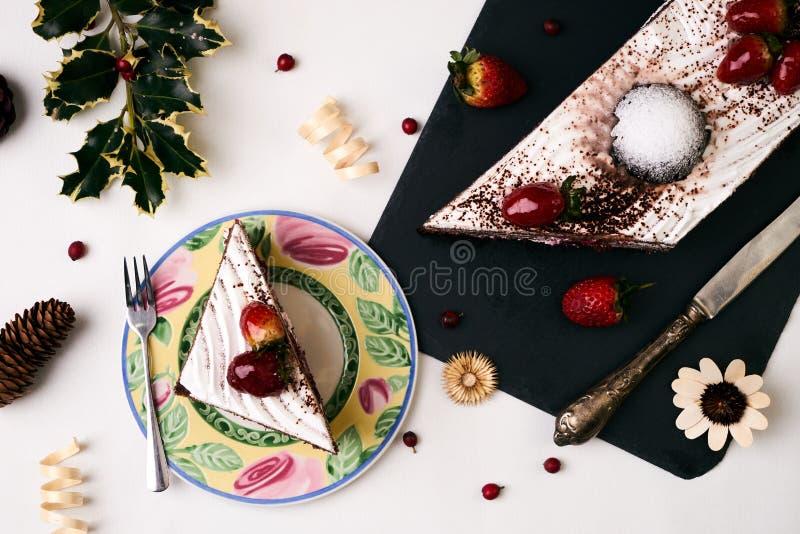 Sobremesa do Natal, bolo com morangos frescas fotografia de stock royalty free