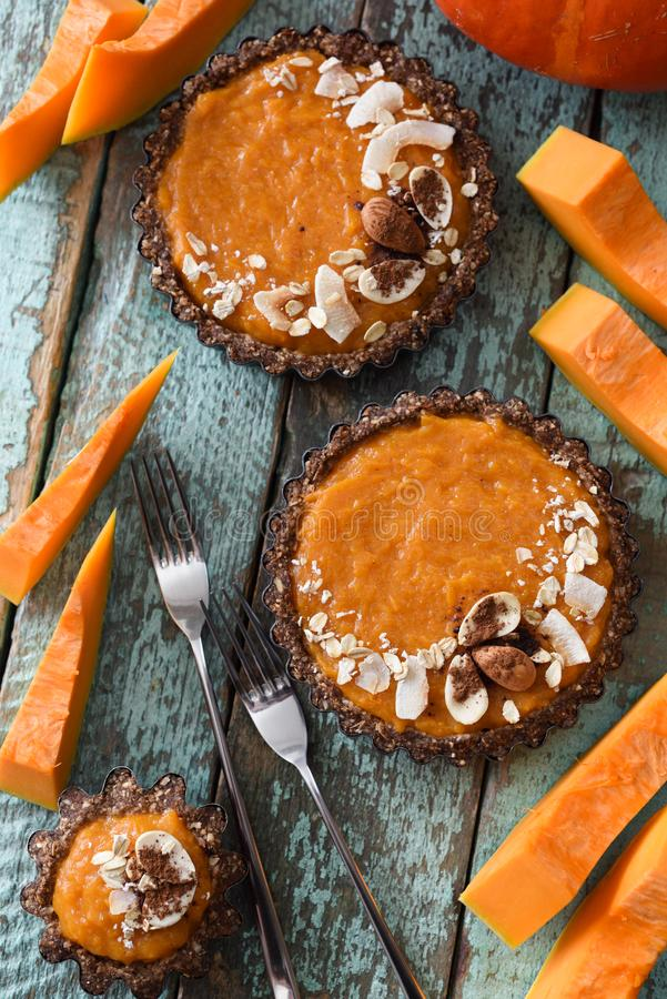Sobremesa do outono Tartlets da abóbora do vegetariano com porcas e aveia o fotos de stock royalty free