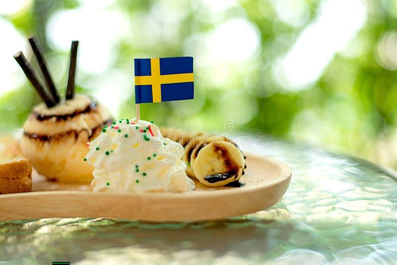 A sobremesa doce, brinde do mel come com banana e gelado frescos na cafetaria, fotografia de stock royalty free
