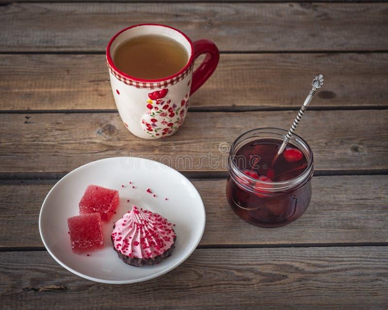 Sobremesa doce com doce de fruta, marshmallow no chocolate e chá verde em uma caneca bonita da vila fotos de stock