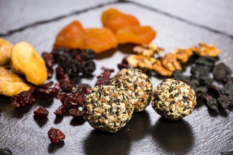Sobremesa doce do tema feita dos produtos naturais sem açúcar Close-up macro da trufa redonda dos doces da bola dos desertos em u fotografia de stock royalty free