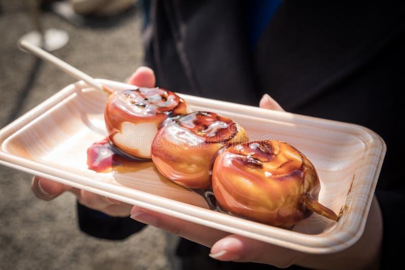 Sobremesa doce grelhada 'dango 'de Japão com molho doce e salgado foto de stock