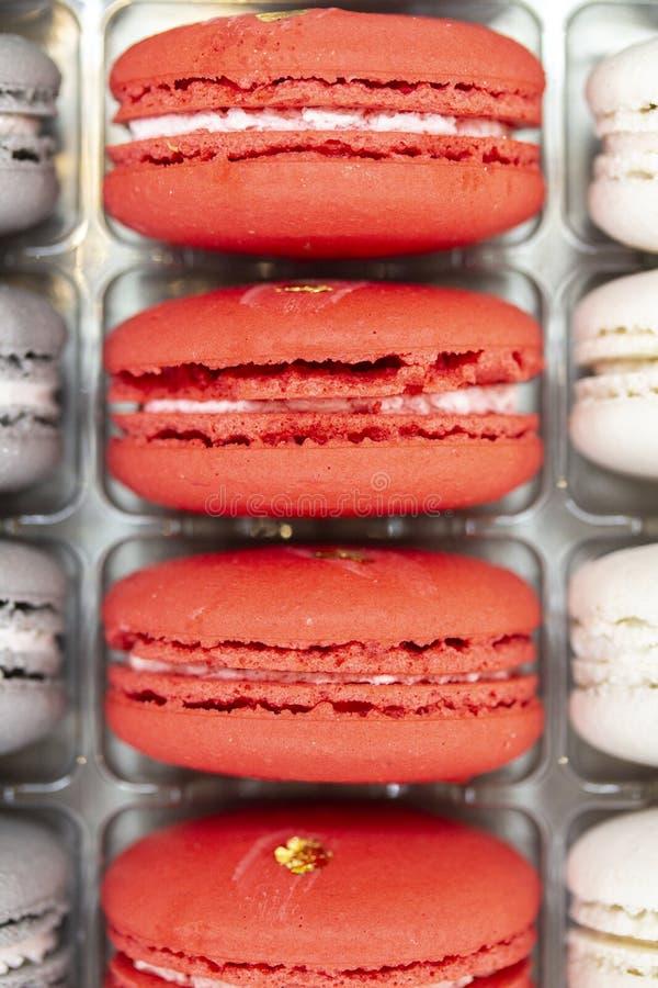 Sobremesa dos biscoitos da pastelaria da amêndoa doce Carmesins carmesins vermelhos da fileira vertical francesa dos bolinhos de  fotos de stock royalty free
