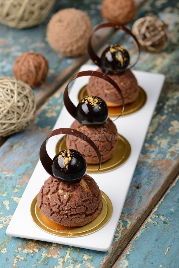 Sobremesa dos choux do chocolate de Cremeux imagem de stock