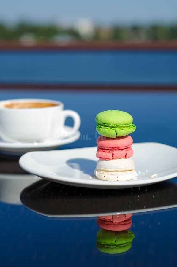 Sobremesa e café do bolinho de amêndoa na tabela foto de stock