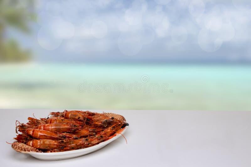 Sobremesa en fondo de los mariscos Tigre o camarones grandes asados a la parrilla frescos de la gamba en una tabla blanca delante imagen de archivo libre de regalías