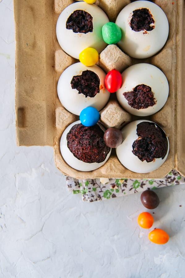 Sobremesa escura da brownie do chocolate em shell de ovo Páscoa ou ki engraçado fotos de stock