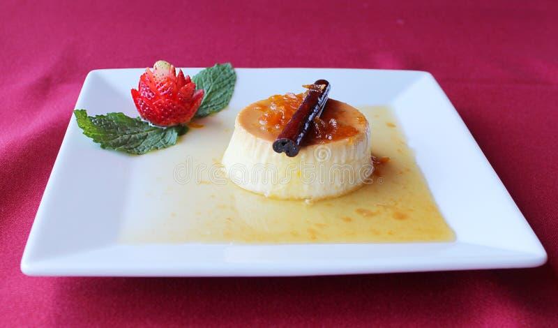 Sobremesa espanhola de Postre da torta de fruta com morangos fotografia de stock royalty free