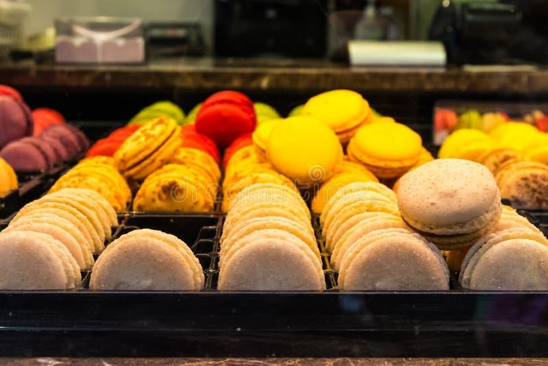 Sobremesa europeia Multi-colorida Bri do café da janela do close up dos bolinhos de amêndoa imagens de stock