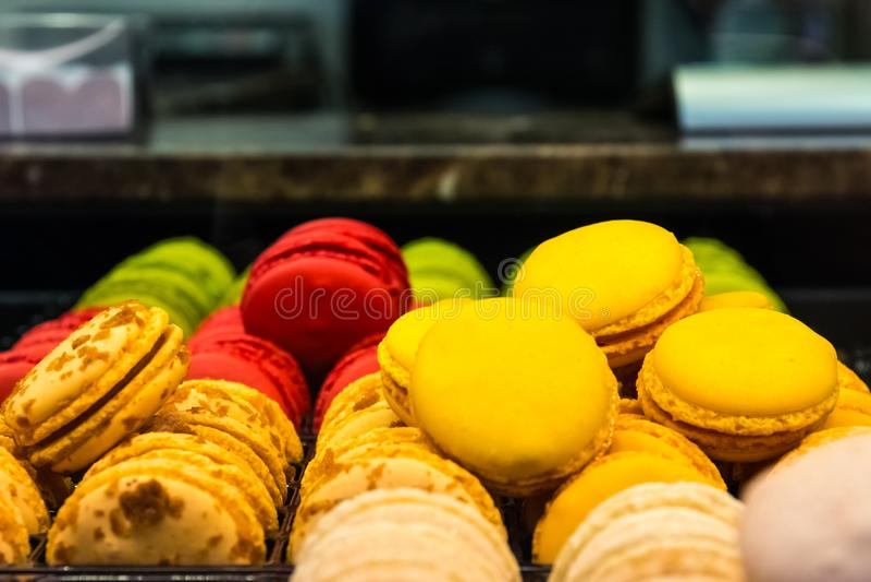 Sobremesa europeia Multi-colorida Bri do café da janela do close up dos bolinhos de amêndoa imagem de stock