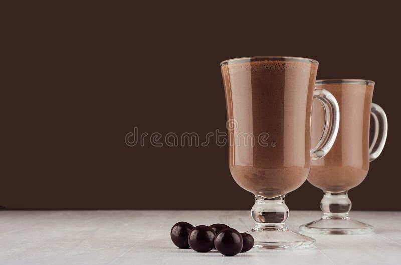 Sobremesa excelente do chocolate com os doces de chocolate redondos no interior marrom escuro, espaço da cópia imagem de stock