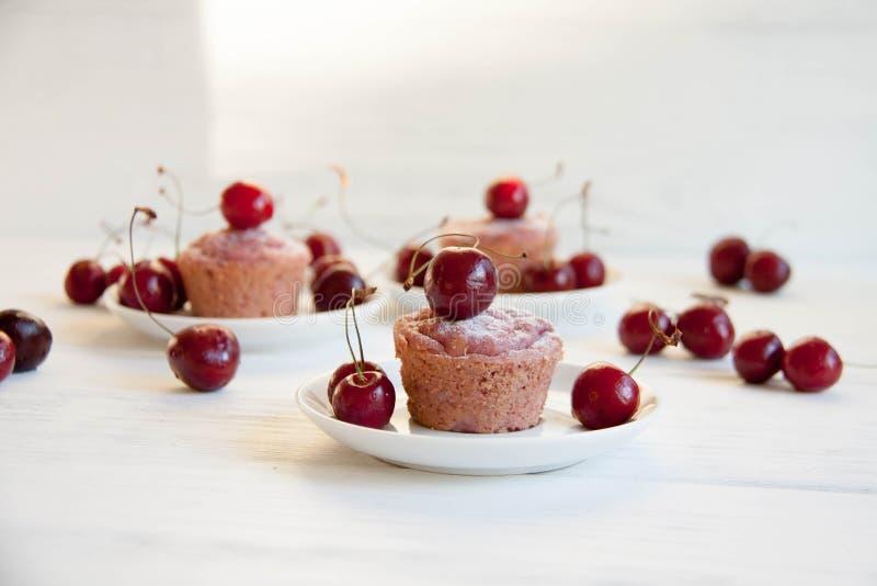 Sobremesa fácil e saboroso: queques da cereja fotografia de stock royalty free