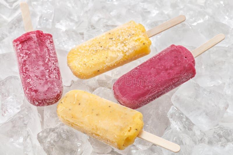 Sobremesa fresca saboroso do doce do fruto do verão do picolé das uvas vermelhas de fruto de paixão imagem de stock royalty free