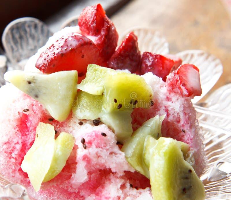 Sobremesa fria com frutos foto de stock