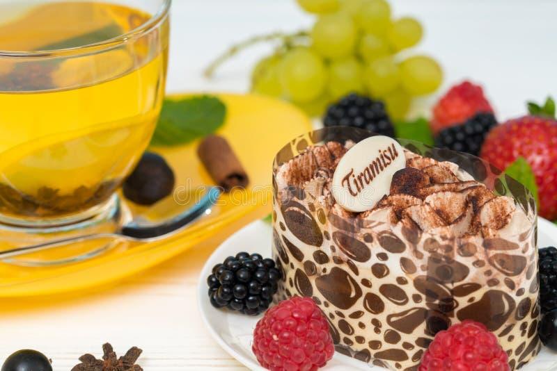 Sobremesa italiana do tiramisu servida com bagas frescas foto de stock royalty free