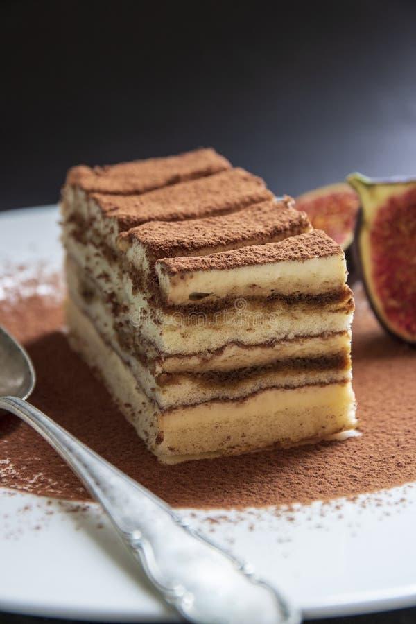 Sobremesa italiana tradicional do bolo do Tiramisu com cacau em uma placa da porcelana fotos de stock