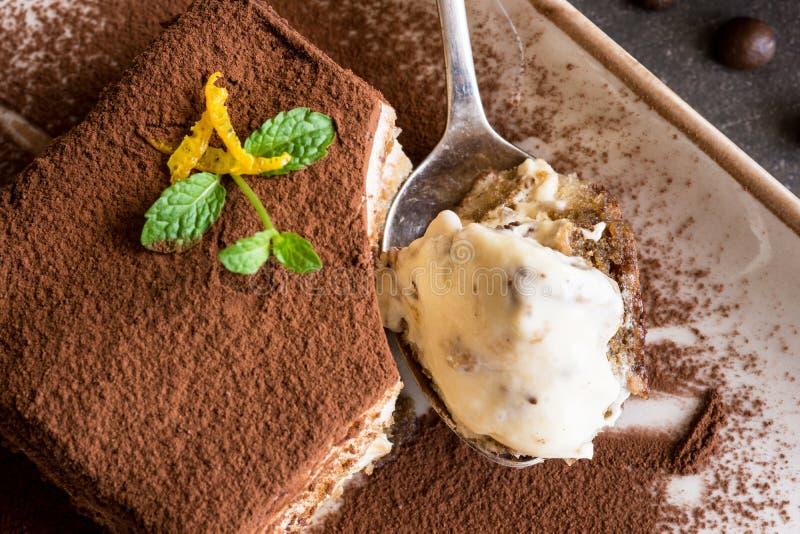 Sobremesa italiana tradicional do bolo do Tiramisu com queijo de Mascarpone e café do café imagem de stock royalty free