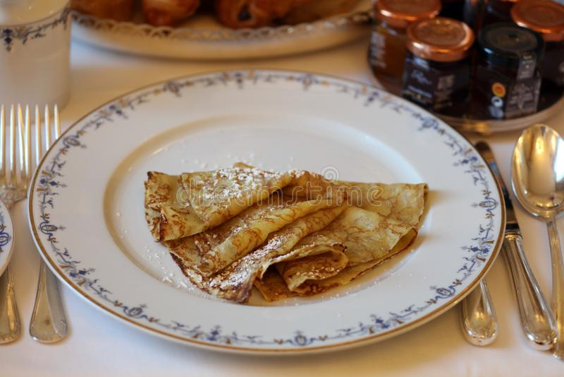 Sobremesa luxuoso dos crepes franceses deliciosos super em Europa imagem de stock royalty free