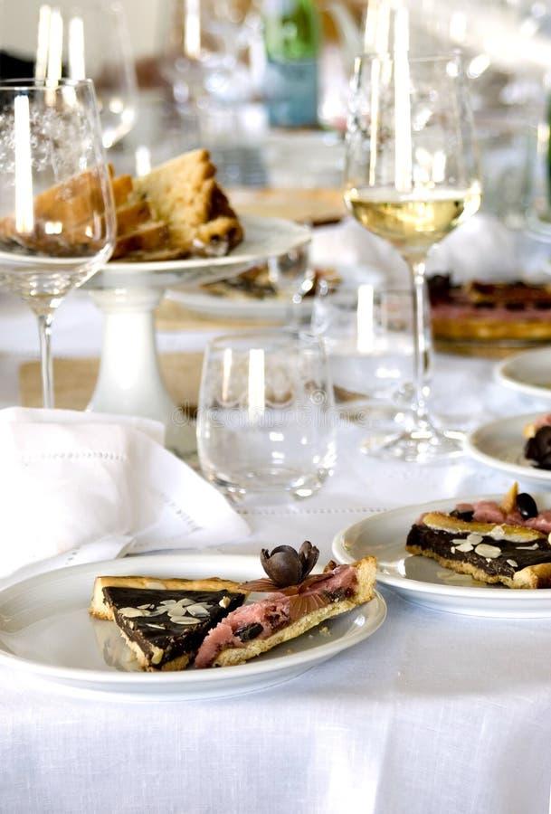 Sobremesa na tabela de jantar imagens de stock
