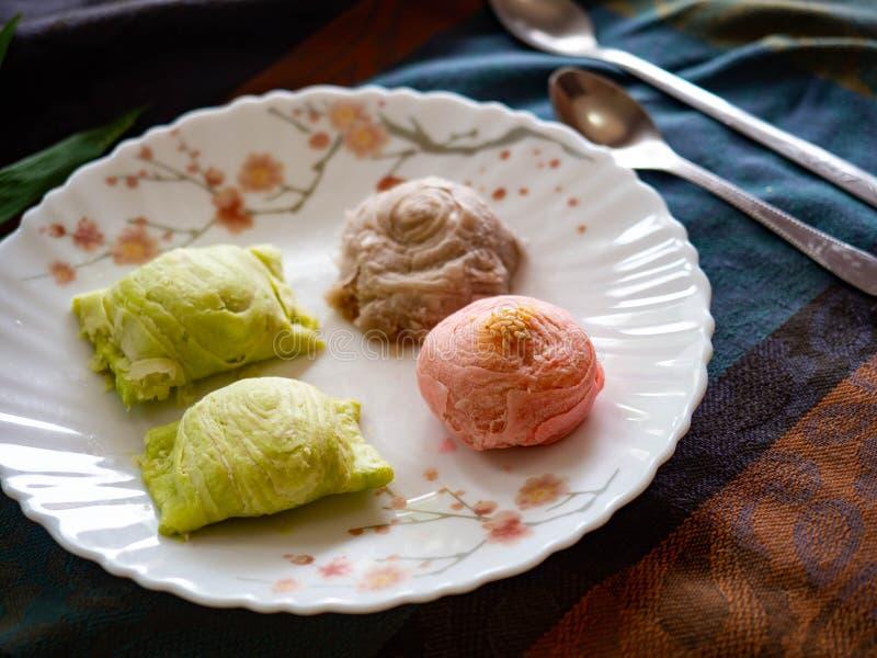 Sobremesa, pastelarias chinesas coloridas ou bolos da lua fotografia de stock royalty free