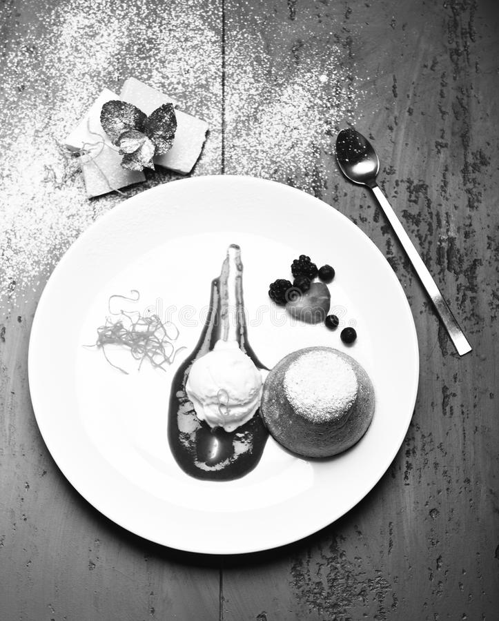A sobremesa serviu com os macarronetes alaranjados no café ou na padaria imagens de stock royalty free