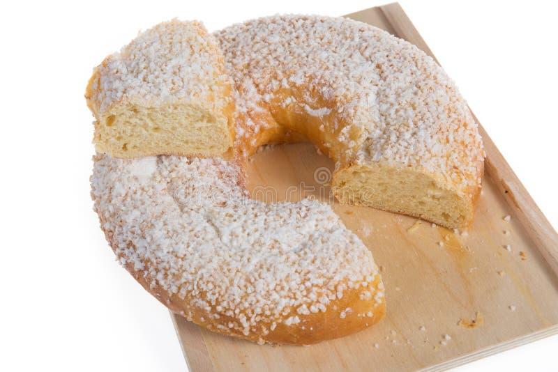 A sobremesa típica comida na Espanha para comemorar o bolo do esmagamento, bolo do rei, DES rois do galette cortou de uma parte imagens de stock royalty free