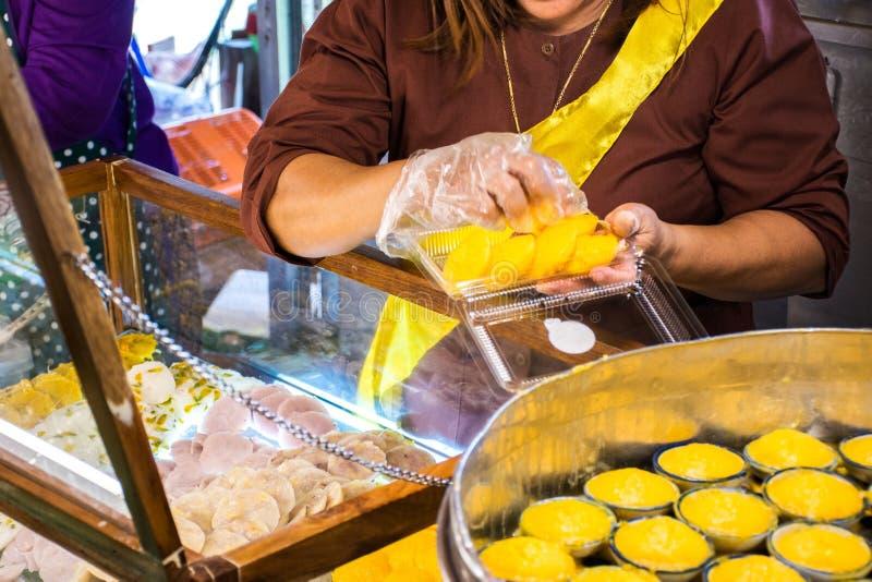 Sobremesa tailandesa de Kanom Tarn do bolo da palma de Toddy no mercado foto de stock