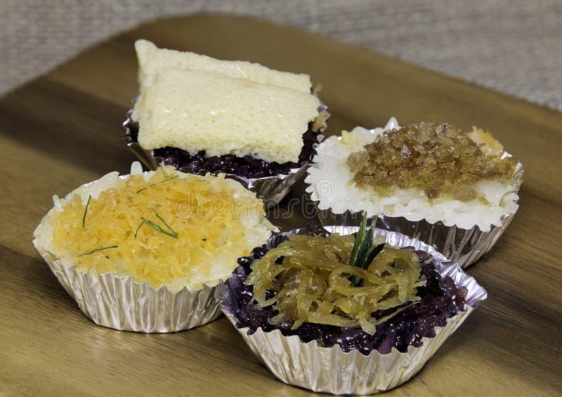 Sobremesa tailandesa do estilo, arroz glutinoso com 4 coberturas, peixes secados, imagem de stock