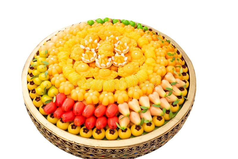 Sobremesa tailandesa, doce tailandês, sobremesa chapeada bola na bacia dourada grande isolada no branco imagens de stock