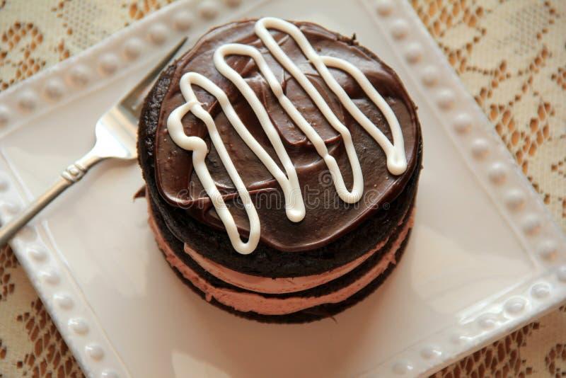Sobremesa tentador do bolo de chocolate, com a geada grossa, cremosa fotografia de stock