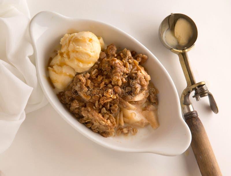 Sobremesa torrada de Apple com gelado de baunilha e a colher antiga fotos de stock royalty free