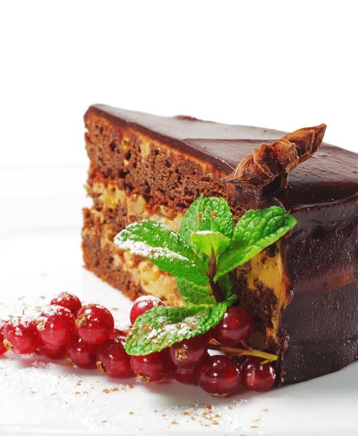 Sobremesa - torta do chocolate com bagas frescas imagem de stock royalty free