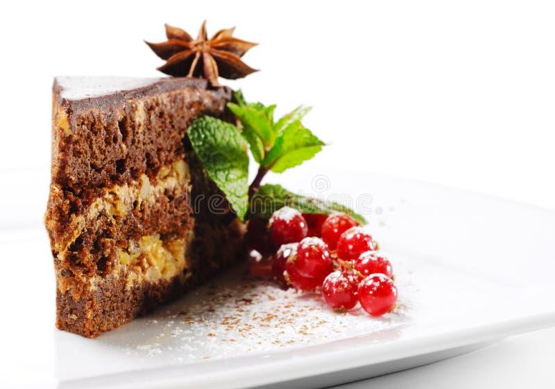 Sobremesa - torta do chocolate com bagas frescas imagens de stock royalty free
