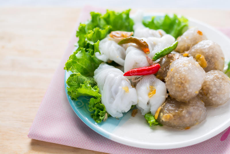 A sobremesa tradicional tailandesa, bolas das tapiocas com enchimento da carne de porco serve foto de stock