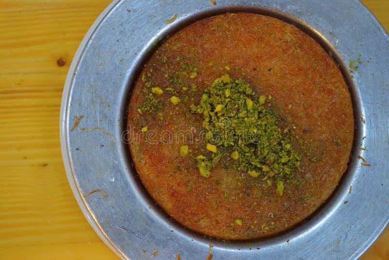 Sobremesa turca Kunefe na placa de madeira imagens de stock royalty free