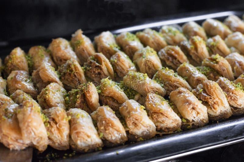 Sobremesa turca tradicional - baklava com pistaches em uma bandeja fotografia de stock royalty free