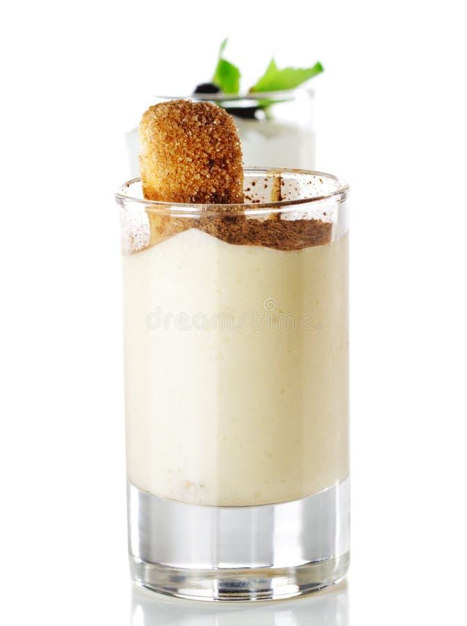 Sobremesa - vidro de Tiramisu fotos de stock