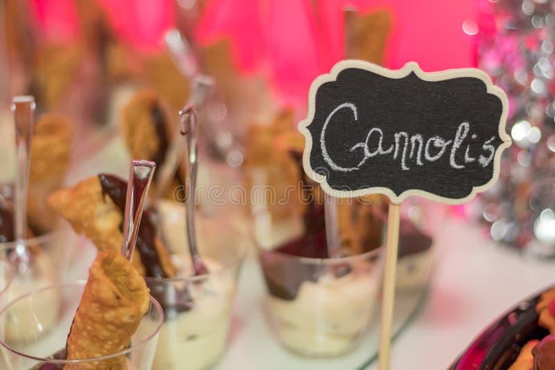 Sobremesas da festa natalícia com Cannolis imagem de stock royalty free