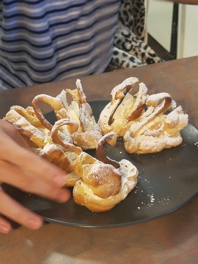 Sobremesas da nata da cisne foto de stock