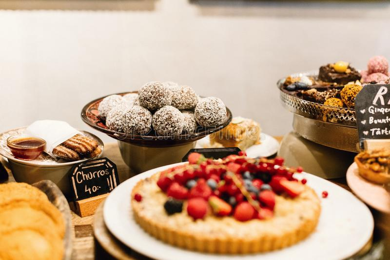 Sobremesas do bufete em Éstocolmo, Suécia fotografia de stock