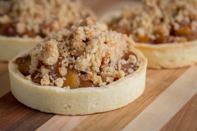 Download Sobremesas Pequenas Do Tarte De Maçã Na Placa De Corte De Madeira Imagem de Stock - Imagem de fresco, snack: 65576551